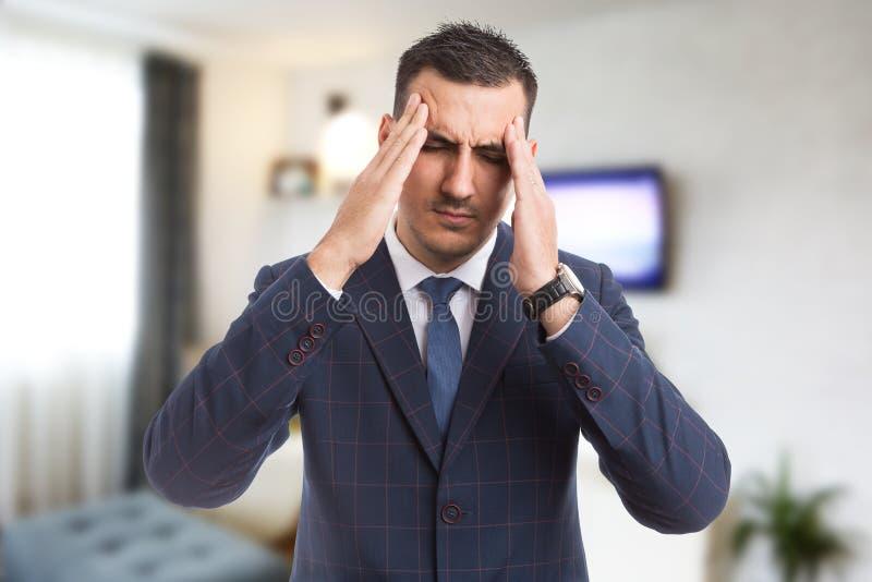 Immobilienagentur oder Grundstücksmakler, die starker Migräne glauben lizenzfreies stockbild