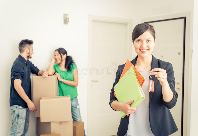 Immobilienagentur portait mit der Familie, die neues Haus erhält lizenzfreie stockfotos