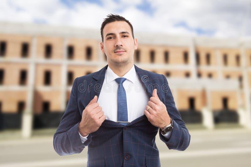 Immobilienagenturmanager, der Kasten als Energie- und Erfolgsbetrug zeigt stockfotos