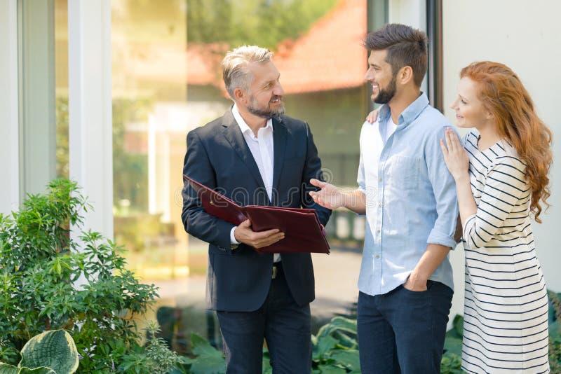 Immobilienberater, der Angebot darstellt stockbild