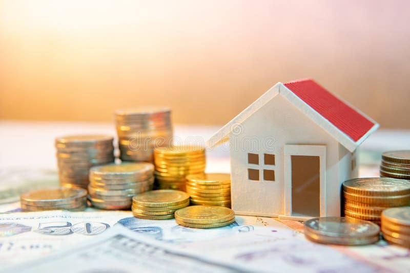 Immobilieninvestition Hände, die Stapel der Münzen schützen stockfoto