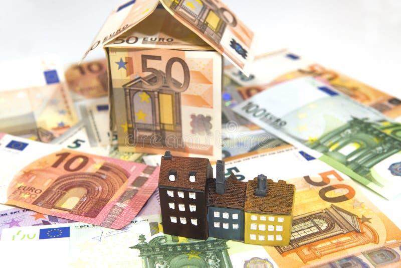 Immobilienkonzept, Haus und Geld auf weißem Grund stockfoto