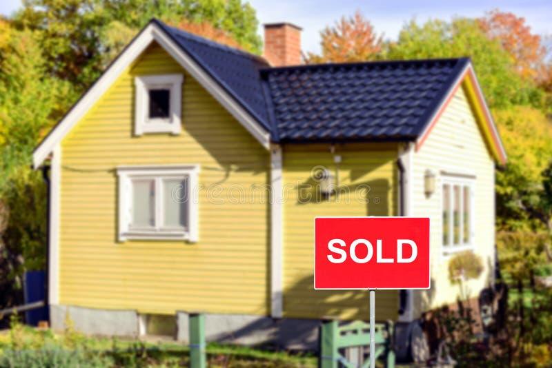 Immobilienkonzept - Haus VERKAUFT stockbild