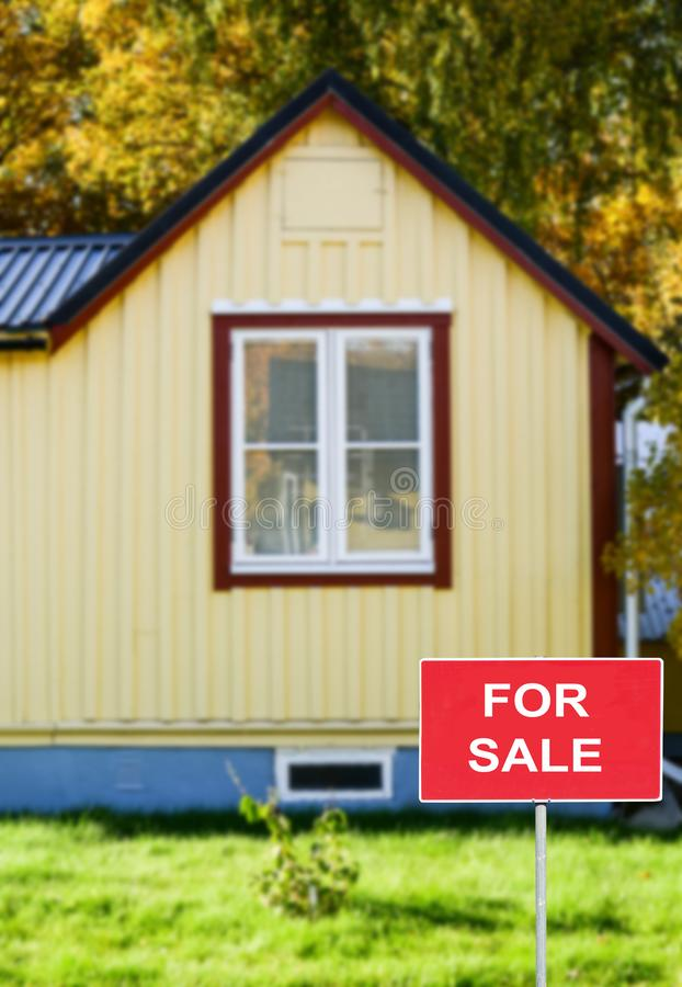 Immobilienkonzept - Haus zu verkaufen stockfotos