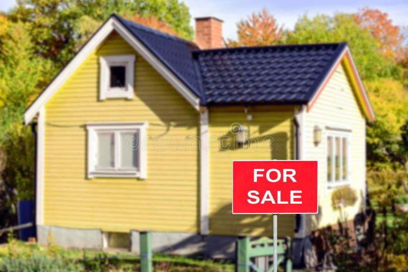 Immobilienkonzept - Haus zu verkaufen lizenzfreies stockfoto