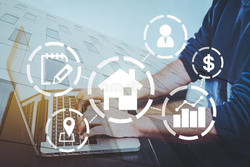 Immobilienkonzept, Vermögenswertdiagramm, wenn ein Mann im Hintergrund auf Computer schreibt, kaufen ein Haus lizenzfreie stockfotos
