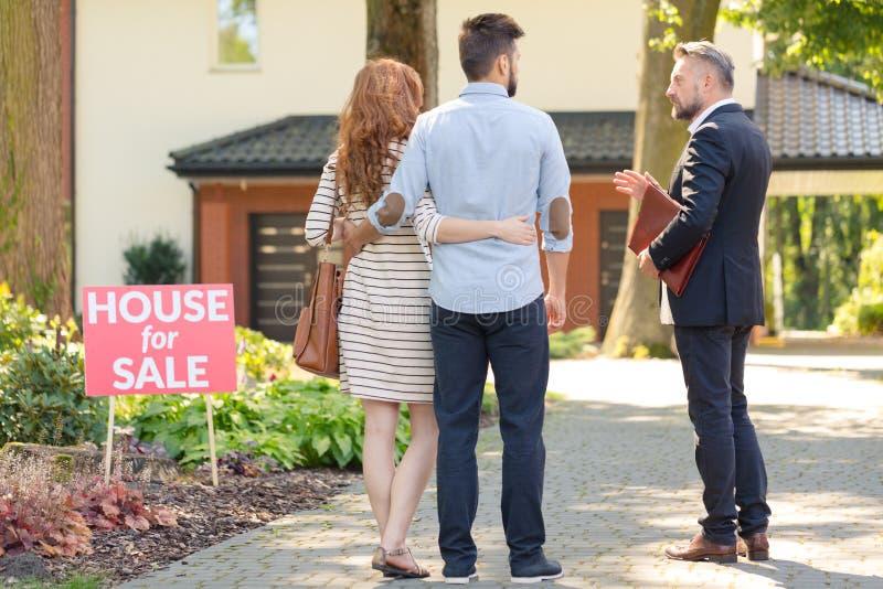 Immobilienmakler und Kunden stockbilder