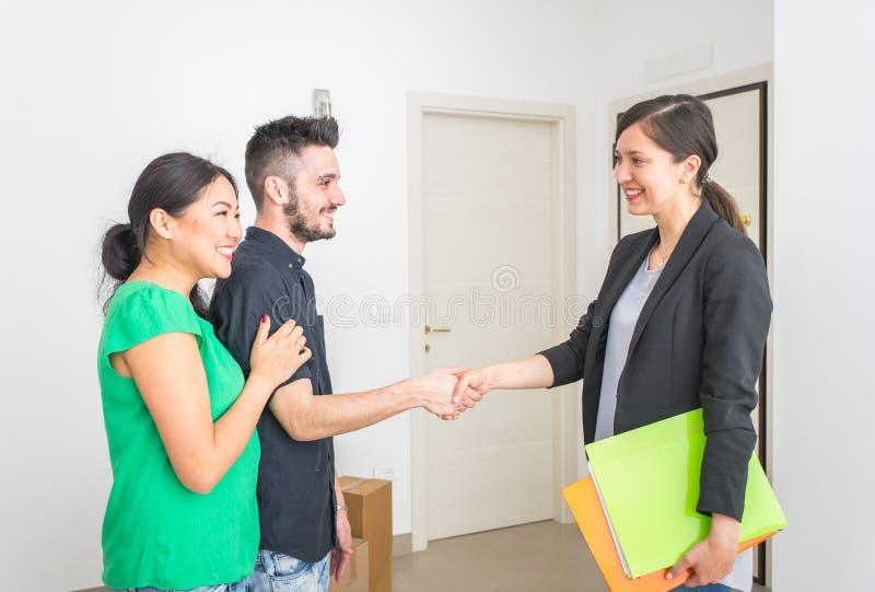 Immobilienmaklerabschluß ein Vertrag stockfoto