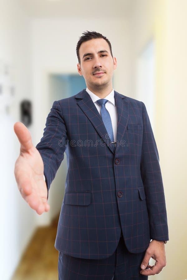 Immobilienverwalter, der Händedruck als Abkommenkonzept gestikulieren lässt stockfoto