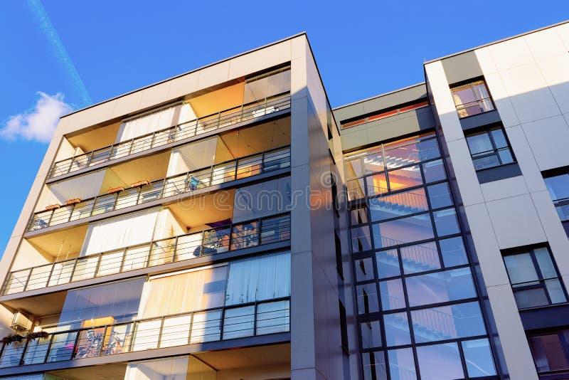Immobiliers complexes modernes de bâtiments résidentiels de maisons et de maisons de rapport photos stock