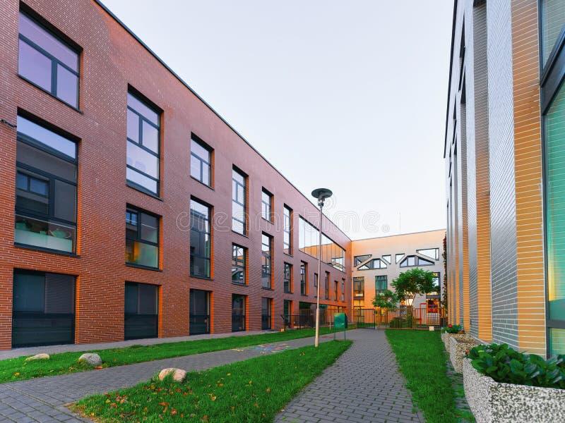 Immobiliers de maison et à la maison modernes de bâtiments résidentiels extérieurs photographie stock