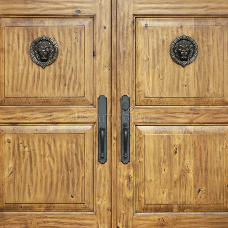 Immobiliers de maison de luxe classieuse exclusive de maison d'entrées principales de portes à deux battants photo stock