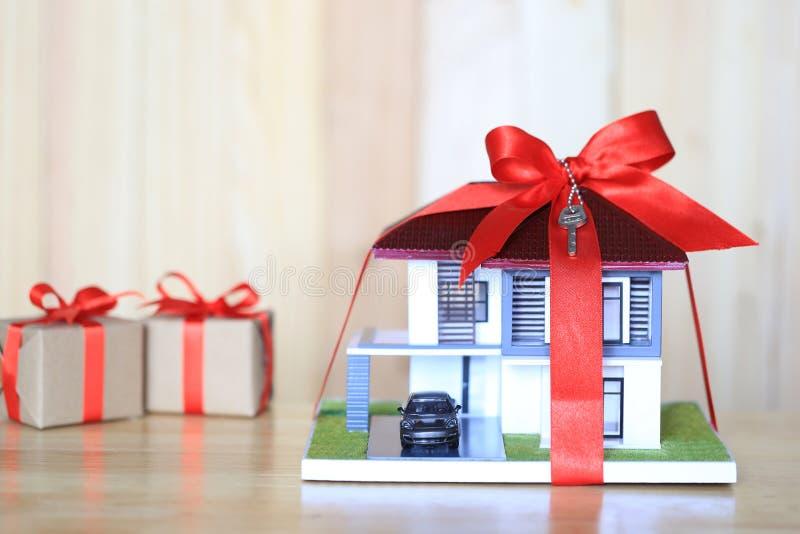 Immobiliers et concept à la maison de cadeau nouveau, maison modèle avec le ribbo rouge image libre de droits
