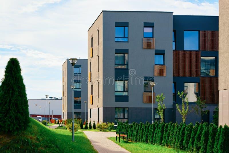Immobiliers modernes de bâtiments résidentiels de maisons de maisons d'appartement extérieurs photographie stock