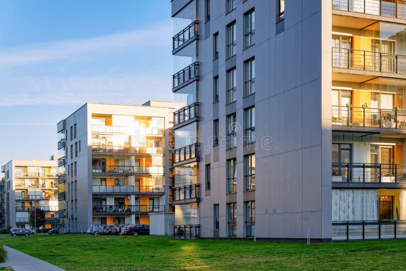 Immobiliers modernes de bâtiments résidentiels de maisons d'appartement extérieurs photo libre de droits