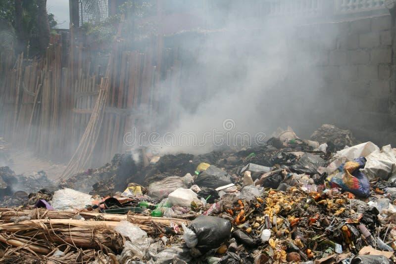 Immondizia bruciante nella via immagine stock
