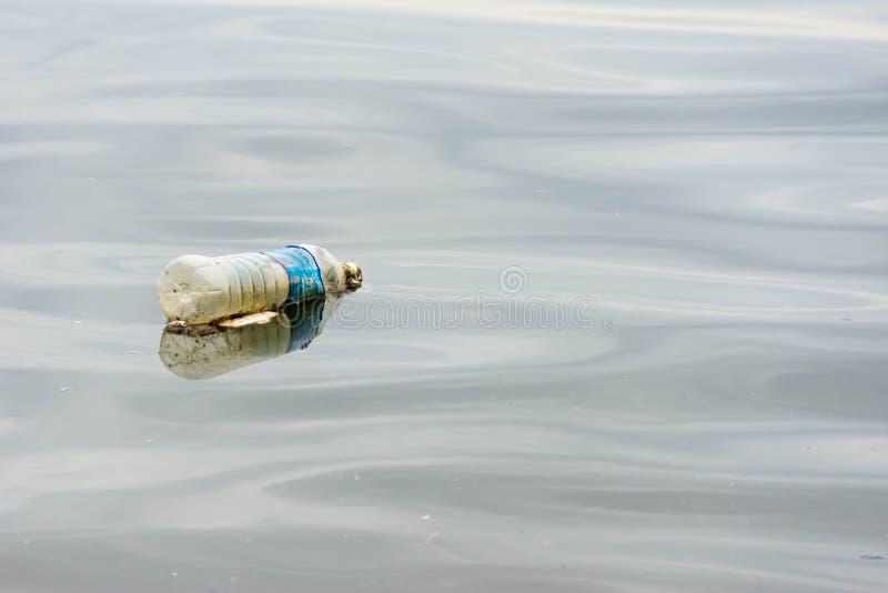 immondizia di plastica dei rifiuti sulla passeggiata della baia che inquina l'oceano e l'en immagine stock libera da diritti
