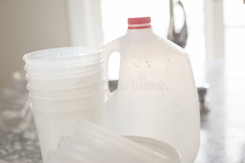 Immondizia di plastica della bottiglia per riciclare immagine stock
