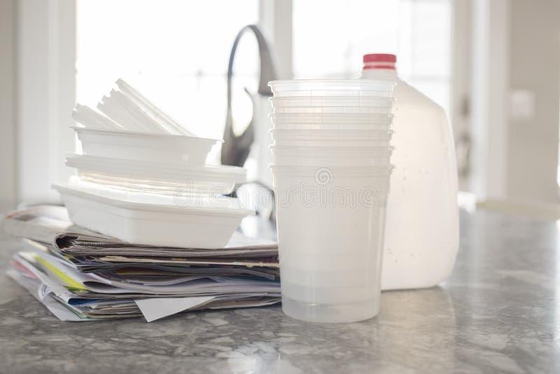 Immondizia di plastica della bottiglia per riciclare immagine stock libera da diritti