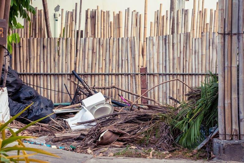 Immondizia e l'altro spreco sulle vie dell'isola tropicale La toilette è accanto al viale pedonale immagine stock
