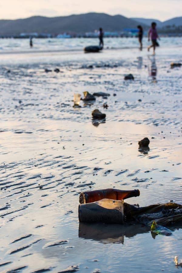Immondizia ed inquinamento sulla spiaggia immagini stock libere da diritti