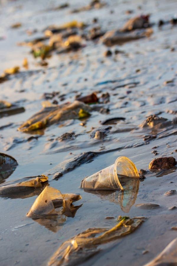 Immondizia ed inquinamento sulla spiaggia fotografia stock libera da diritti