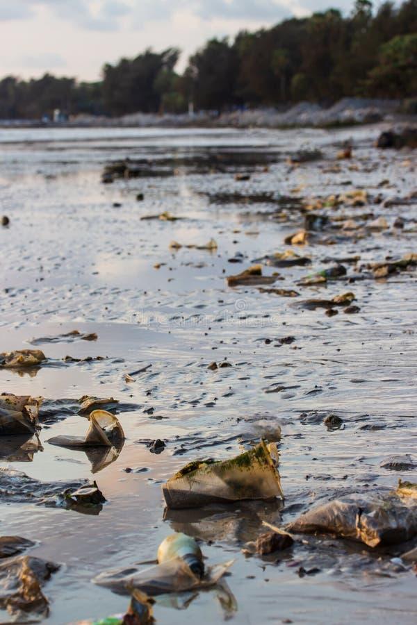 Immondizia ed inquinamento sulla spiaggia immagini stock