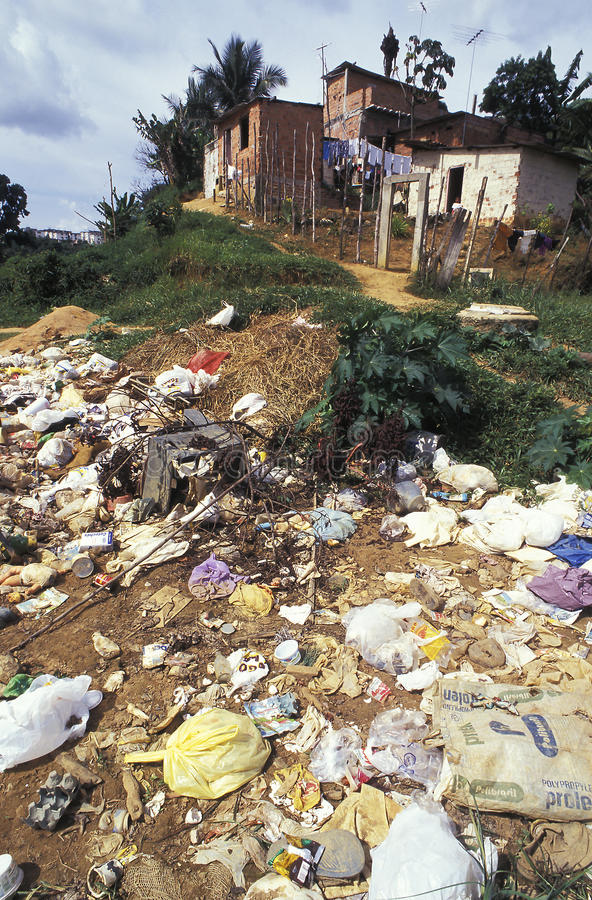 Immondizia in favela, Brasile immagini stock