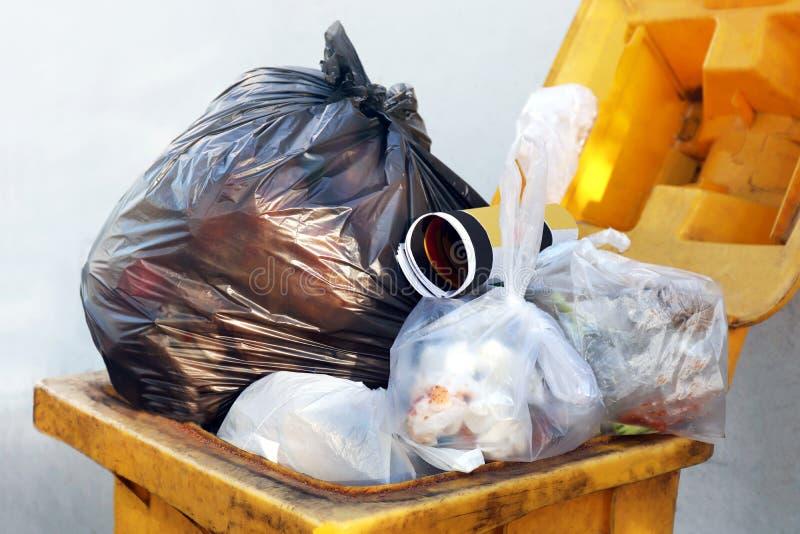Immondizia nera della borsa residua di plastica sul recipiente, sullo spreco della plastica, dello scarico, sul mucchio della bot fotografia stock
