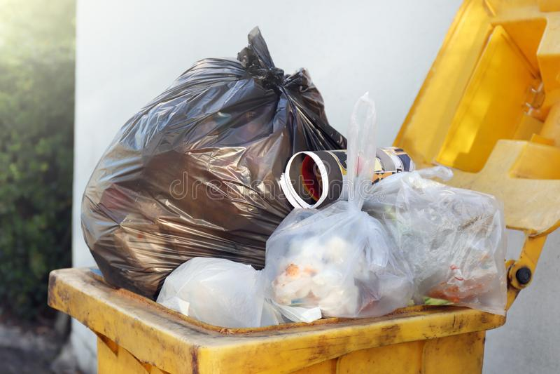 Immondizia nera della borsa residua di plastica sul recipiente, sullo spreco della plastica, dello scarico, sul mucchio della bot fotografia stock libera da diritti