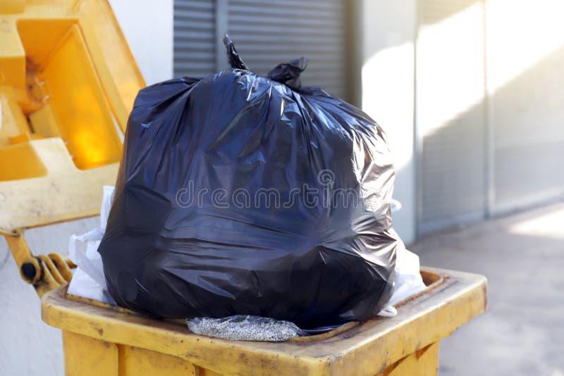 Immondizia nera della borsa residua di plastica sul recipiente, sullo spreco della plastica, dello scarico, sul mucchio della bot immagine stock libera da diritti