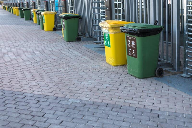 Immondizia o contenitore di rifiuti sul quadrato vicino allo stadio fotografie stock