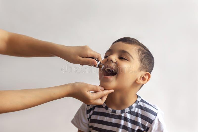 Immunisation d'enfant avec peu de baisse dans la clinique Docteur fournissant des vaccins d'immunisation Peu garçon obtient la mé photographie stock libre de droits