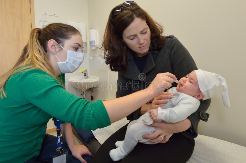 Immunisation nouveau-née de vaccin de Rotavirus de bébé images stock