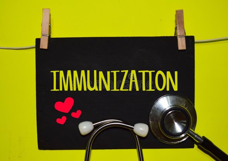 IMMUNISATION sur le fond jaune photos libres de droits