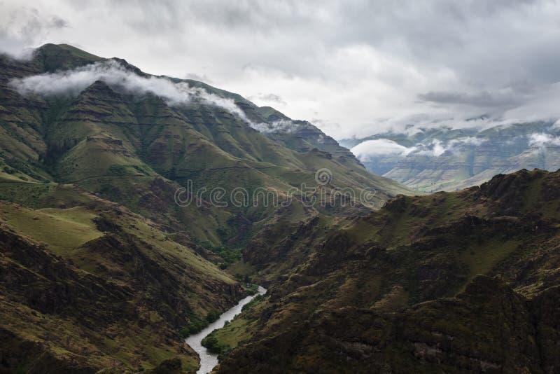 Imnaha河奔跑通过在风暴前的Imnaha峡谷 图库摄影