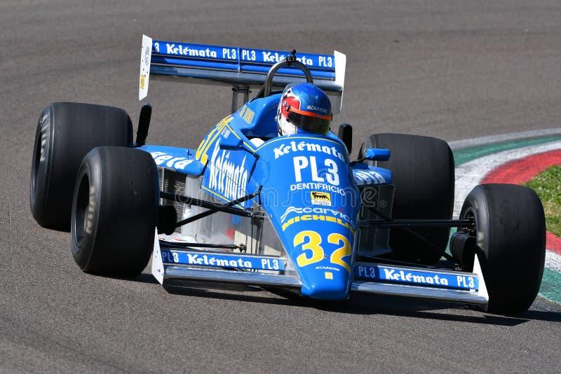 Imola, 27-ое апреля 2019: Историческая альфа 1983 Osella FA1E Romeo F1 управляемый неизвестным во время дня 2019 Minardi историче стоковое фото rf
