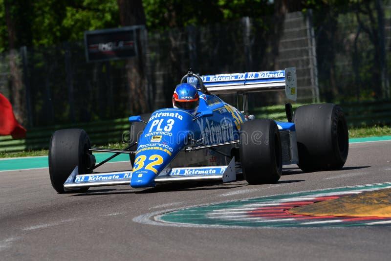 Imola, 27-ое апреля 2019: Историческая альфа 1983 Osella FA1E Romeo F1 управляемый неизвестным во время дня 2019 Minardi историче стоковые фото