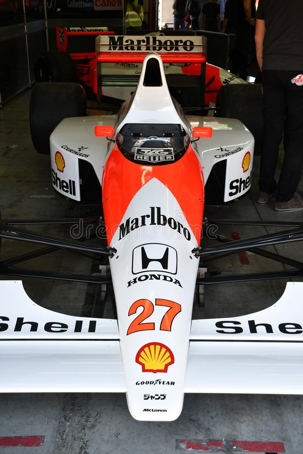 Imola 27 April 2019: Historisk 1990 f?re detta f?r F1 McLaren MP4-5B Ayrton Senna - Gerhard Berger i asken under Minardi den hist royaltyfri bild