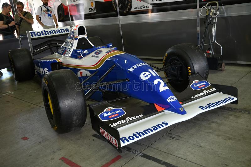 Imola 27 April 2019: Historisk 1994 f?re detta f?r F1 Williams FW16 Ayrton Senna - Damon Hill i asken under Minardi den historisk royaltyfri bild