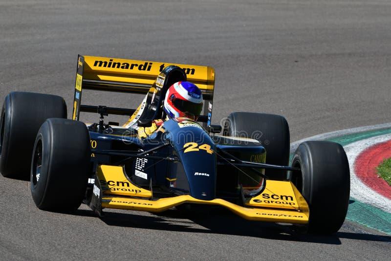 Imola 27 April 2019: Historisk Minardi F1 modell M192 som ?r drivande vid ok?nda i handling under Minardi den historiska dagen 20 royaltyfri foto