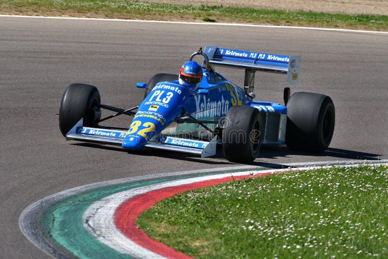 Imola 27 April 2019: Historiska Osella 1983 FA1E Alfa Romeo F1 som ?r drivande vid ok?nda under Minardi den historiska dagen 2019 arkivfoto