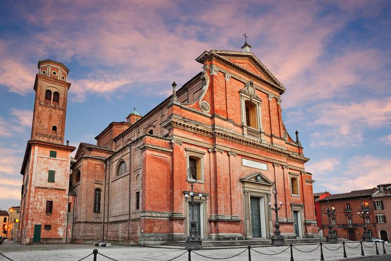 Imola Bologna, Emilia-Romagna, Italien: den medeltida domkyrkan av royaltyfri bild
