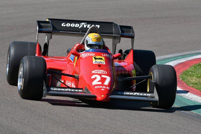 Imola, el 27 de abril de 2019: Modelo histórico 1984 del coche de Ferrari F1 126 C4 ex Michele Alboreto/René Arnoux en la acción imagen de archivo