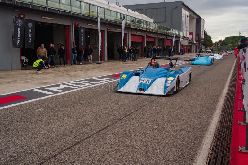 Imola, Italia 28 de abril de 2019: los coches de la serie de Le Mans están dejando la caja durante el día histórico del minardi imagen de archivo libre de regalías