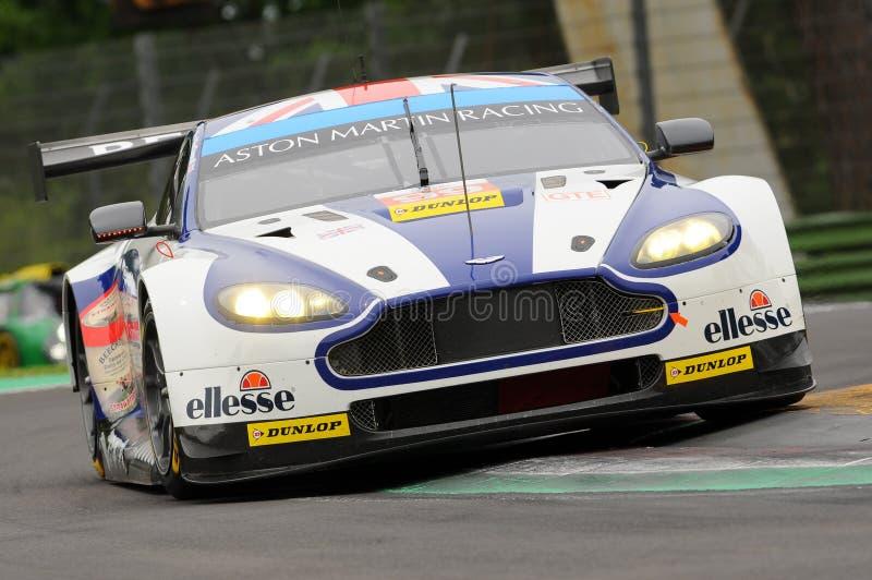 Imola, Italia 13 de mayo de 2016: Aston Martin V8 ventajoso, conducido por Andrew Howard GBR, Darren Turner GBR en la ronda de lo foto de archivo libre de regalías