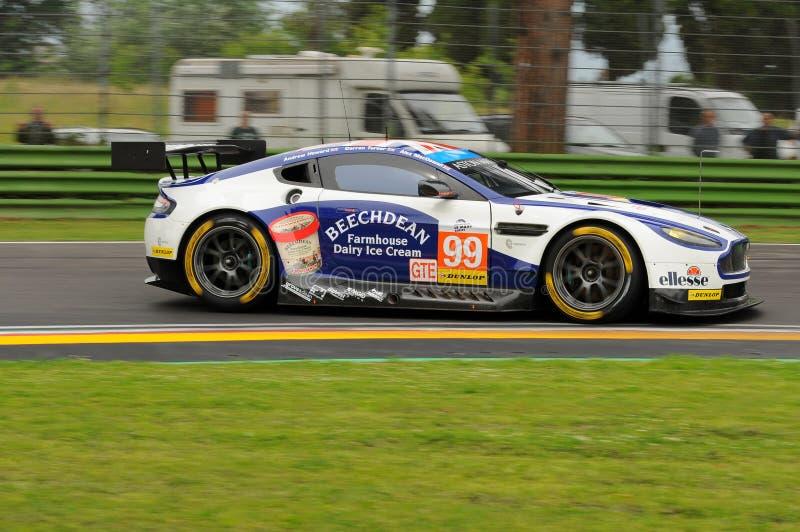 Imola, Italia 13 maggio 2016: Aston Martin V8 avvantaggioso, guidato da Andrew Howard GBR, Darren Turner GBR al giro degli OLMI d immagini stock libere da diritti