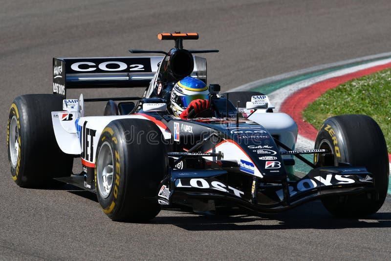 Imola, 27 2019 Kwiecień: Historyczny 2000s Minardi F1 model PS05 jadący nieznane w akcji podczas Minardi Historycznego dnia 2019 fotografia stock