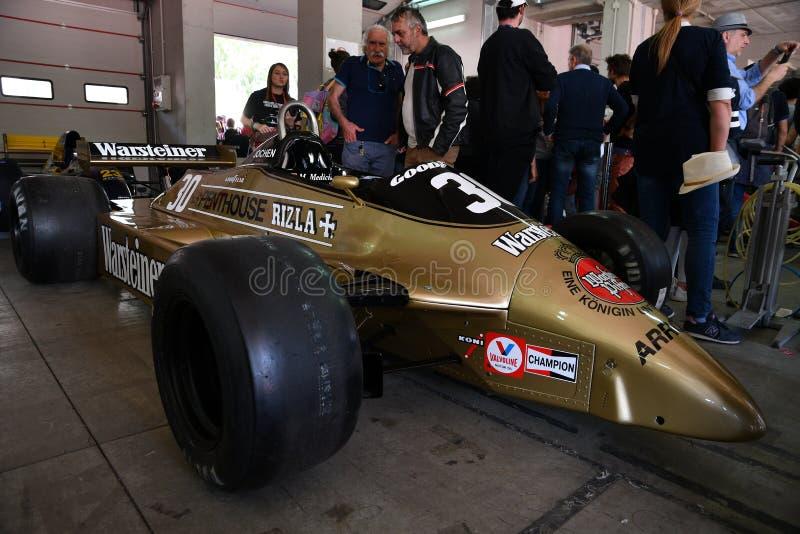 Imola, o 27 de abril de 2019: F1 setas históricas A3 1980 Jochen Mass ex na caixa durante o dia histórico 2018 de Minardi em Imol fotos de stock royalty free