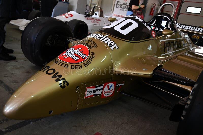 Imola, o 27 de abril de 2019: F1 setas hist?ricas A3 1980 Jochen Mass ex na caixa durante o dia hist?rico 2018 de Minardi em Imol imagem de stock royalty free